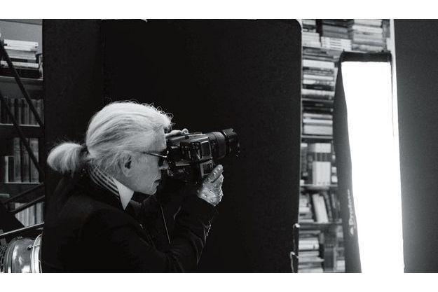 Karl shoote le calendrier  Pirelli 2011 dans son studio  de la rue de l'Université.