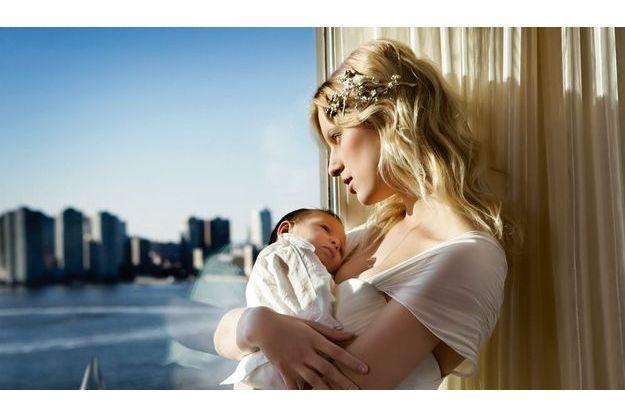 Le soleil de New York caresse le visage de bébé Tobin et de sa maman Karolina. Robe Marchesa, bijou de cheveu Chanel.