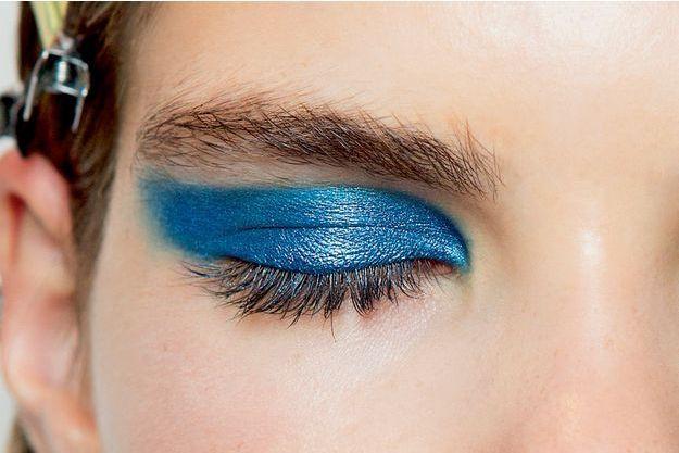 Un fard bleu est comme un accessoire en mode: c'est le détail qui change tout.
