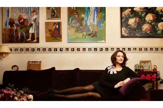 Nathalie dans le salon de sa maison du XIVe arrondissement de Paris, un quartier d'artistes. Au mur, trois tableaux de Susan G. Scott, une nature morte de Tony Scherman et un dessin de Claire  Bretécher. La série de Polaroïd de ses meilleurs amis est un cadeau surprise de Sonia pour un de ses anniversaires.