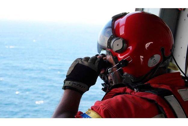 Un sauveteur scrut l'horizon dans l'espoir de voir le bimoteur Britten Norman NB2 activement recherché depuis quatre jours.