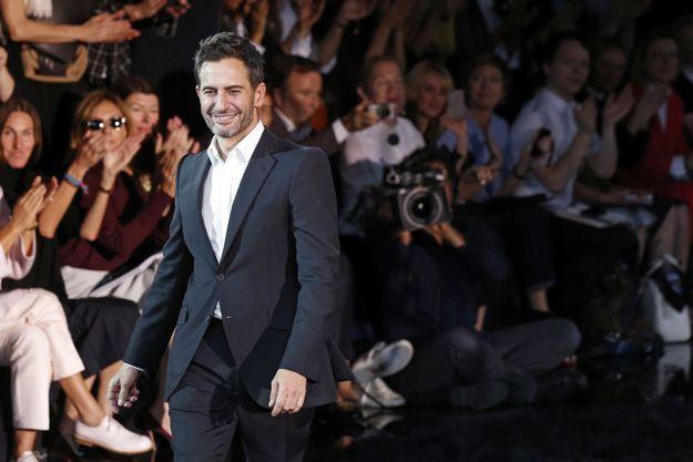 Marc Jacobs venu saluer le public à la fin du défilé de présentation de la collection de prêt-à-porter Louis Vuitton Printems-Eté 2014, ce mercredi.