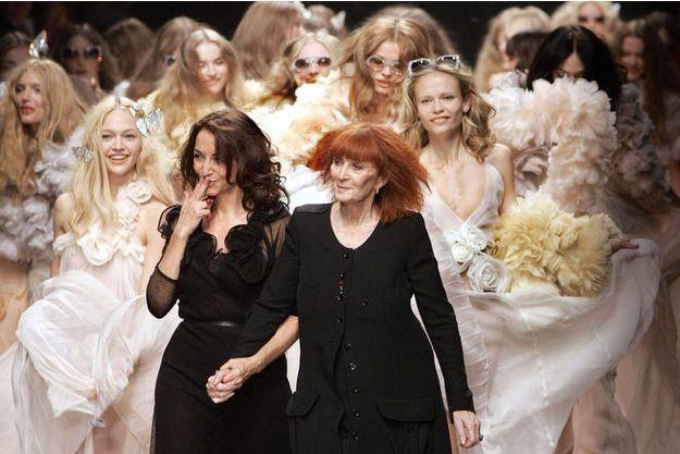 Soni Rikyel avec sa fille Nathalie, directrice artistique de sa maison de couture, en octobre 2007.