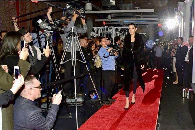 Bella Hadid sur le tapis rouge pour TAG Heuer