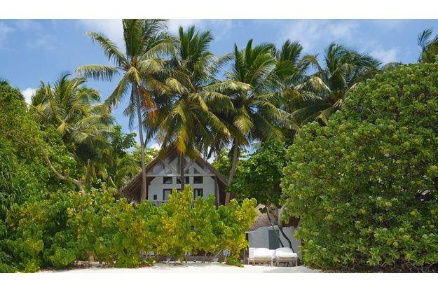 Les 65 villas réparties sur l'île cachent leur  toit de chaume derrière une végétation luxuriante  de lataniers, cocotiers et manguiers. Bientôt, elles seront climatisées grâce à un système exploitant la fraîcheur de l'eau de mer.