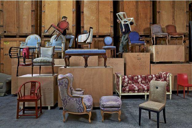 Dans l'entrepôt, chaises, fauteuils, bergères, banquettes de style ou néoclassiques.