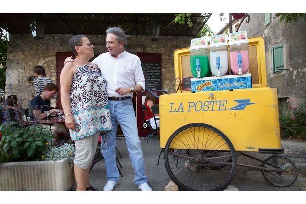 Boissons granitées, crêpes vanillées… Magali sert des douceurs à la famille Drucker depuis quinze ans. C'est la fin de journée, son célèbre voisin prend des nouvelles, et lui raconte sa vie sans cigales, à Paris.