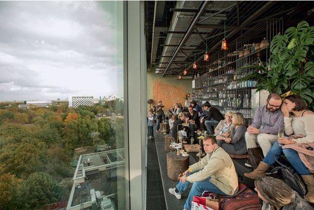 En haut de l'hôtel 25 Hours Bikini, le bar avec une vue panoramique: ils font le buzz à l'Ouest.