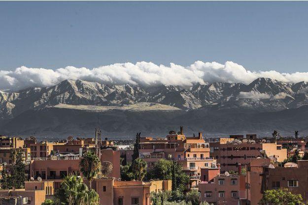 Marrakech. Photo prise du quartier branché de Guéliz. Surplombant la ville, l'impressionnant massif de l'Atlas.
