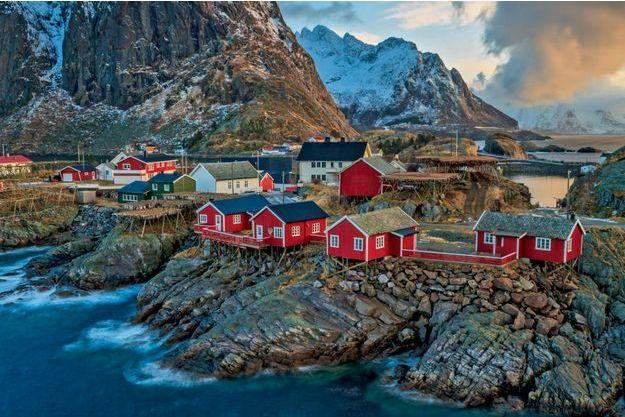 Le port de pêche de Reine, joyau des Lofoten. Au premier plan, les célèbres « rorbuer » qui ajoutent au charme des îles.