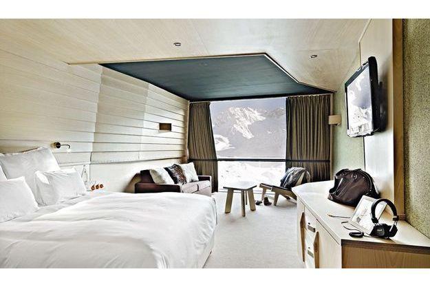 A Val-Thorens, Altapura: une chambre au mobilier intégré avec une grande ouverture sur l'extérieur.