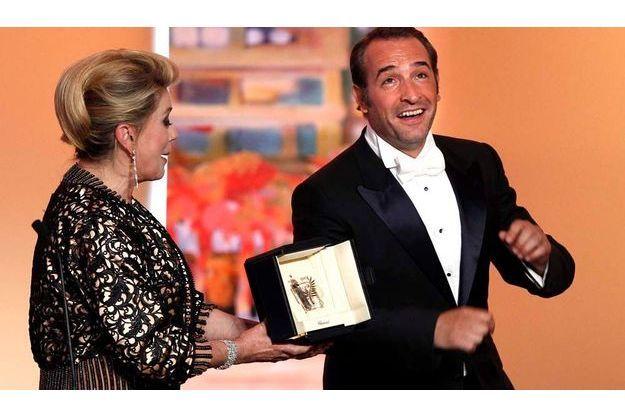 Jean Dujardin reçoit son prix des mains de Catherine Deneuve.