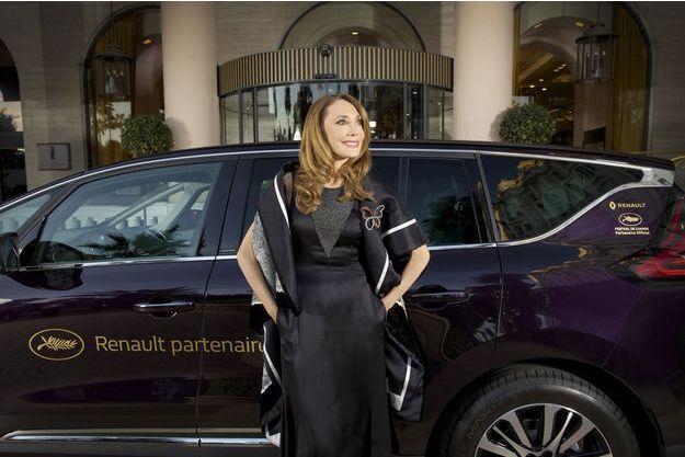 Harmonie, douceur, classe et passion... Marisa Berenson et le nouvel Espace devant l'hôtel Majestic à Cannes en 2015