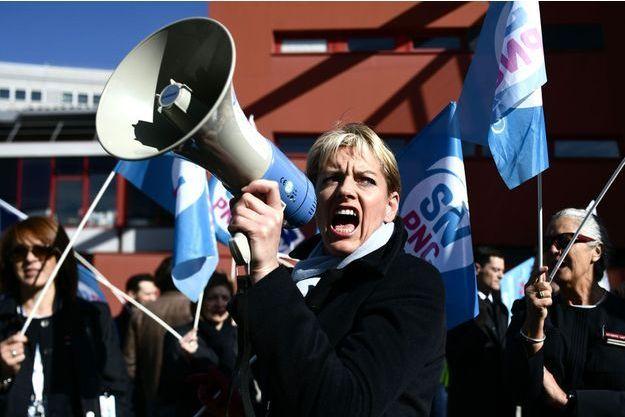 Des employés d'Air France en grève devant le siège de la compagnie à Roissy, le 11 avril.