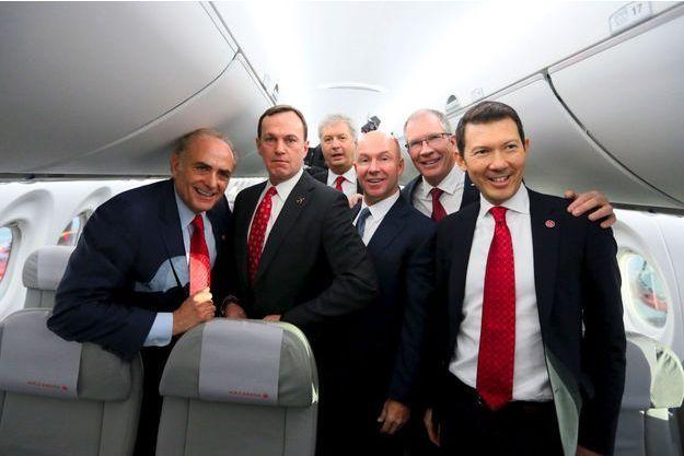 Benjamin Smith (à dr.) avec des dirigeants d'Air Canada et de Bombardier, en février 2016.