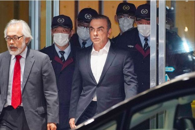 Carlos Ghosn sort de prison à Tokyo, jeudi.