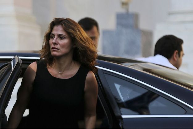 Betty et Alexis Tsipras (de dos) devant la résidence officielle du Premier ministre à Athènes, dimanche 5 juillet, le jour du non à l'austérité.