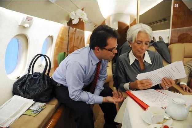 Le 12 septembre 2008, Christine Lagarde se prépare avec son équipe à bord de son avion à destination de Cannes pour une rencontre avec ses homologues ministres. Trois jours après, le cataclysme Lehman secouera la planète financière.