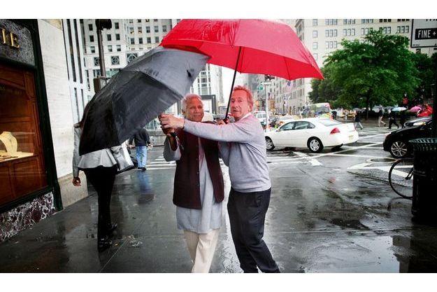 Le 18 mai, sur la 5e Avenue, à New York, au lendemain de la remise du prix. le patron de Danone et Muhammad Yunus se rendent à un déjeuner donné en leur honneur par la Fondation Pasteur.