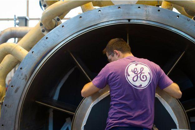 Un salarié de GE à Belfort travaille sur une turbine à gaz, en octobre 2015.