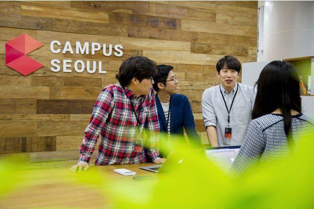Des personnes travaillent autour d'un projet dans le campus de Séoul, en Corée du Sud.