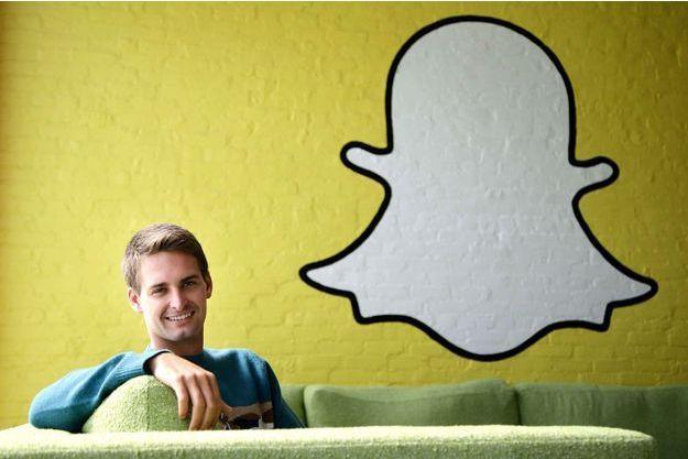 Evan Spiegel, 23 ans, Assis sur le canapé de son bureau de Los Angeles sous le logo Snapchat, l'image d'un petit fantôme.