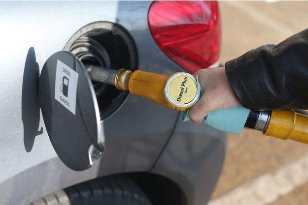 Un automobiliste fait le plein de diesel.