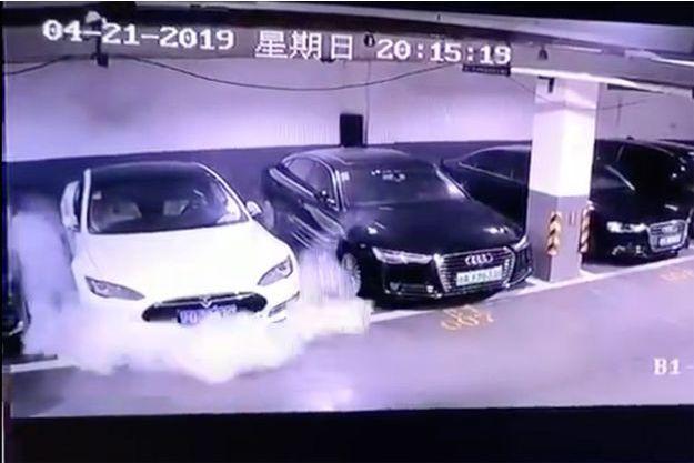 Capture d'écran d'une vidéo diffusée sur Weibo montrant l'incendie d'une Tesla Model S dans un parking.