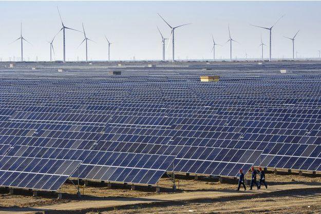 Des panneaux solaires et des éoliennes installés dans le Xinjiang, en Chine.