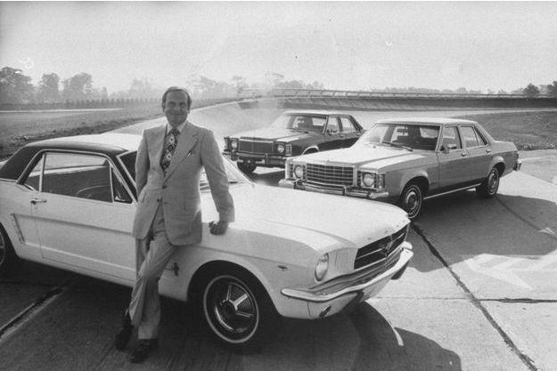Lee Iacocca dans les années 1970, appuyé sur une Ford Mustang, un de ses succès retentissants.