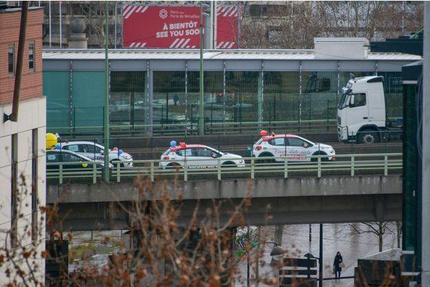Des véhicules d'auto-écoles lundi sur le périphérique parisien.