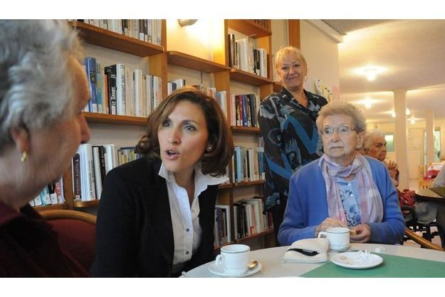 Nora Berra en visite dans une maison de retraite.