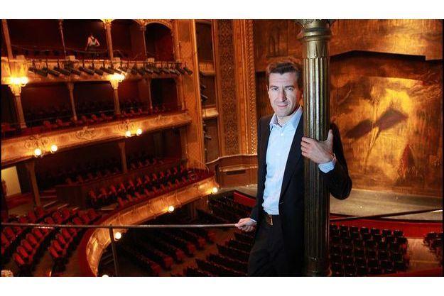 Lundi 24 août, au théâtre du Châtelet, l'homme d'affaires se sent comme chez lui.
