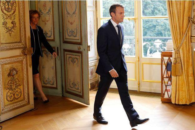 Emmanuel Macron, suivi de Muriel Pénicaud, vendredi à l'Elysée.