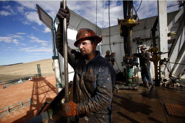 Un ouvrier sur un puits de pétrole dans le Dakota du Nord, aux Etats-Unis, en 2012. La baisse des cours du brut menace les investissements dans les pétroles non conventionnels, qui ont explosé outre-Atlantique ces dernières années.