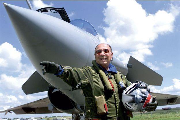 Serge Dassault en combinaison de vol devant un Rafale au Bourget, en juin 1999.