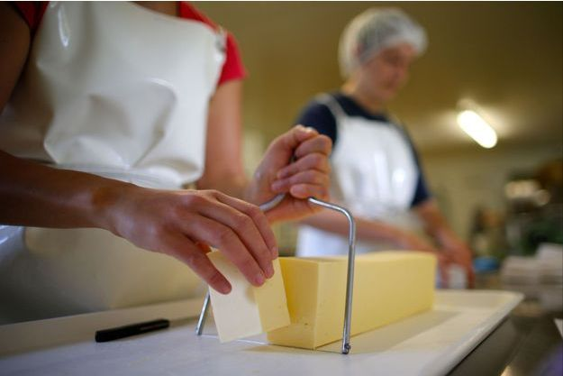 Production de beurre bio à Saint-Colomban, près de Nantes.