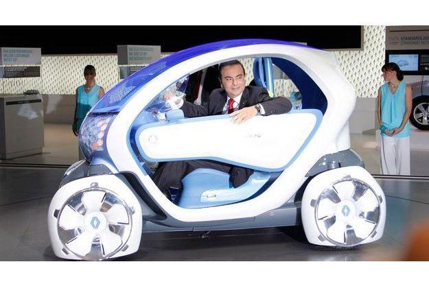 Carlos Ghosn, patron de Renault, et la Twizy ZE électrique.