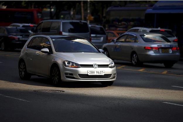 Une Volkswagen Golf, dans les rues de Séoul. La Corée du Sud a annoncé des contrôles sur les voitures diesel du groupe VW.