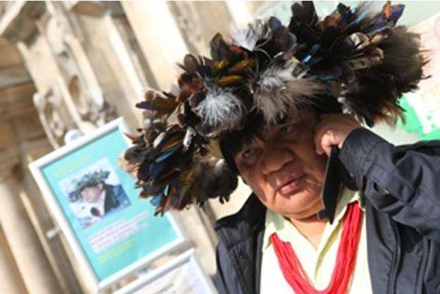 Dans ce cocar en plumes d'oiseaux morts, il y a la mémoire d'une année vie. Il représente l'autorité. Il le porte pendant des rituels, pour prendre des décisions inmportantes. A Paris, il le met en tant que chef représentant sa tribu.