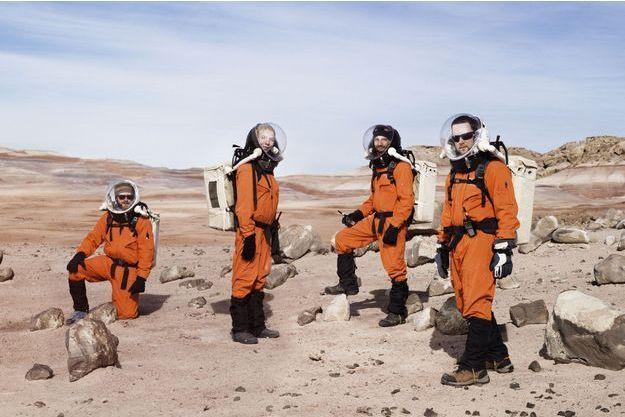 Quatre membres de la mission (de g. à dr.) : Ian Silversides, ingénieur canadien chargé de l'étude des structures ; Anastasiya Stepanova, journaliste scientifique russe ; Alexandre Mangeot, ingénieur français spécialisé dans la propulsion, et Claude-Michel Laroche, physicien canadien.