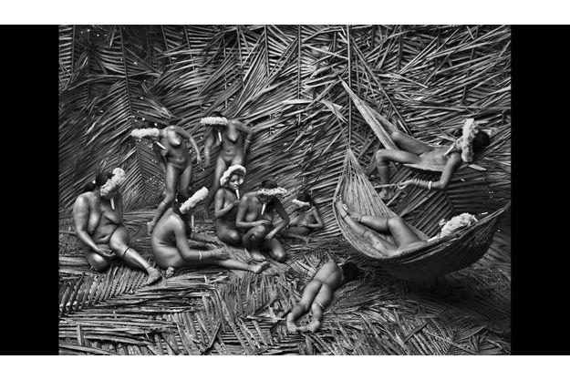 Brésil, 2009. Les Zoé ne portent que des parures. Ils utilisent les fruits rouges de l'urucum, petit arbuste tropical, pour se peindre le corps.