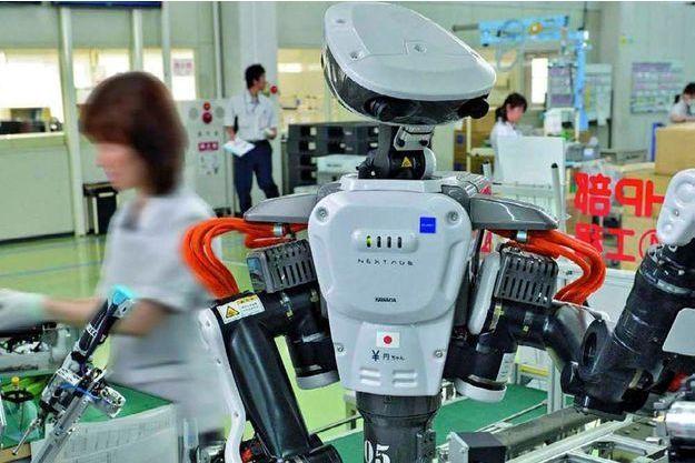 """Le robot « Nextage » au millieu de ses """"collègues"""""""