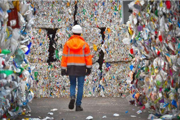 Plastiques en attente de recyclage dans un centre de tri à Ploufragan dans les Côtes-d'Armor.