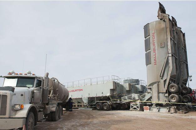 Des remorques contenant du sable, utilisé pour la fracturation hydraulique, sur un forage dans le Dakota du Nord.