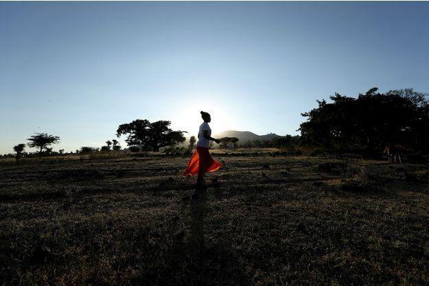 Une femme marchant à Dukem (Ethiopie), en 2018 (image d'illustration).