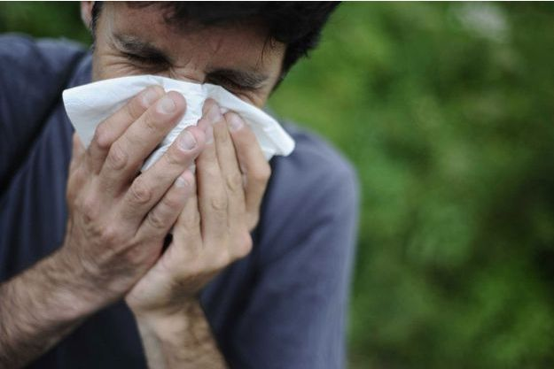 Un homme se mouche à cause du pollen.