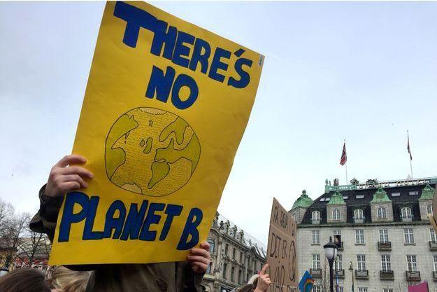 Une affiche tenue lors d'une manifestation pour le climat en Norvège début mars.
