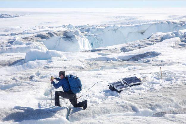 Un scientifique installe des équipements scientifiques au Groenland.