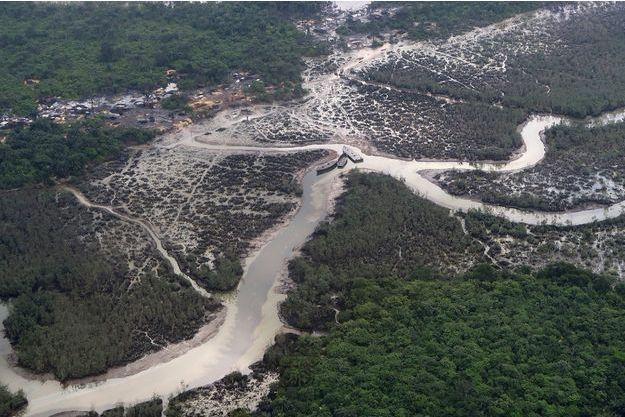 Du pétrole bien visible dans une rivière. (photo d'illustration)